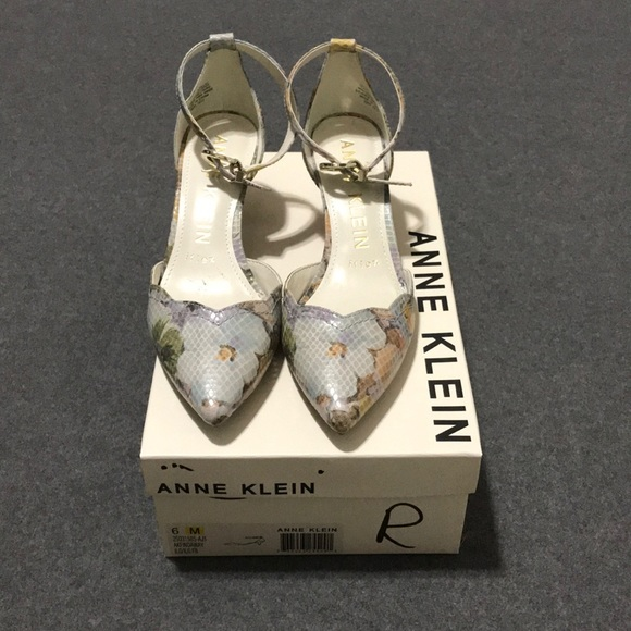 b5413ed865e1 Anne Klein Shoes - NWOT Anne Klein Findaway Floral Heels